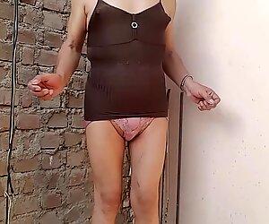 Disfrutando mi cuerpo femenino y que me miren calatita...